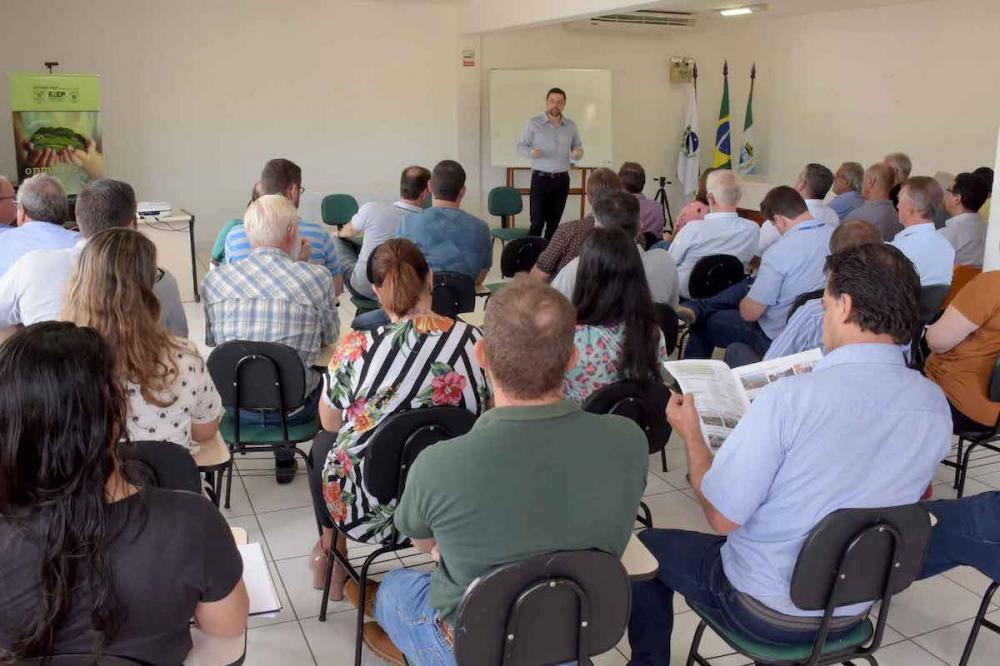 Reunião entre representantes do Ministério da Agricultura e Abastecimento no Sindicato Rural de Castro reuniu empresas do agronegócio e produtores para uma discussão de trabalho. Fotos Toninho Anhaia