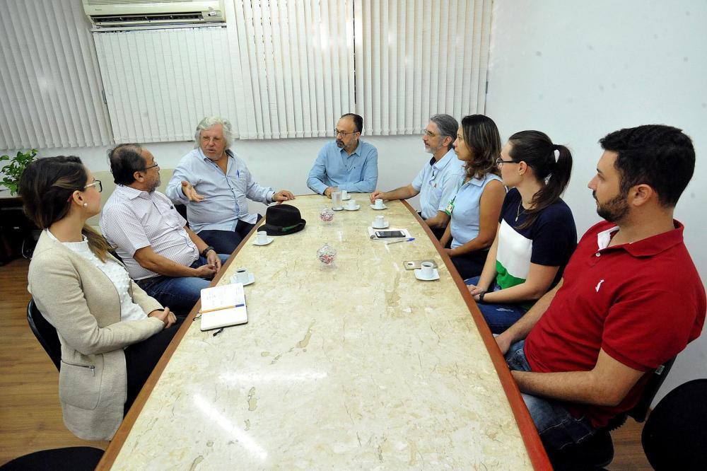 Pesquisadores, integrantes do Instituto de Energia e Ambiente (IEE), da USP, foram recebidos pelo reitor da UEL, Sérgio Carvalho, e professores.