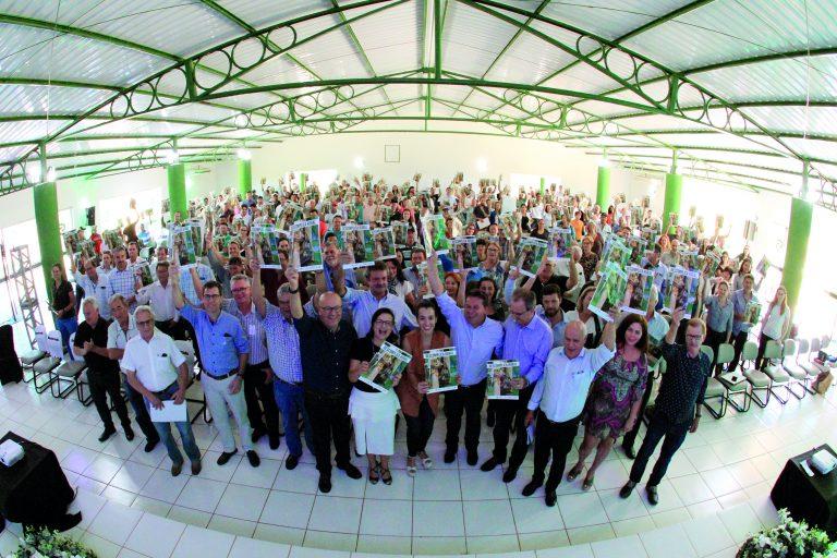 Em Cornélio Procópio, cerca de 400 pessoas estiveram reunidas no Parque de Exposições Artur Hoffig. O pecuarista de leite José Alves Gonçalves, de Tomazina, participou do evento para tirar dúvidas quanto ao programa.