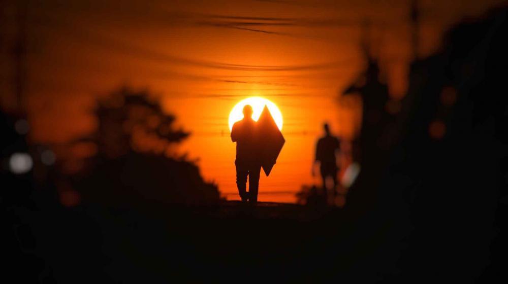 O Simepar prevê chuva no Norte do Estado. As temperaturas variam entre 13 oC e 33 oC. A mínima deve ocorrer em Guarapuava, Pato Branco e União da Vitória. A máxima será em Foz do Iguaçu. O tempo deve melhorar no sábado, com sol em todas as regiões.