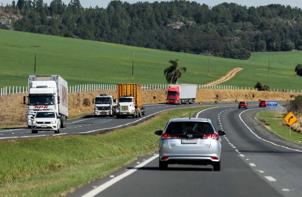 De acordo com dados do Ministério dos Transportes (2015), as rodovias são responsáveis por 58% do transporte de carga, enquanto as ferrovias ficam com 25% e as hidrovias com 17%.