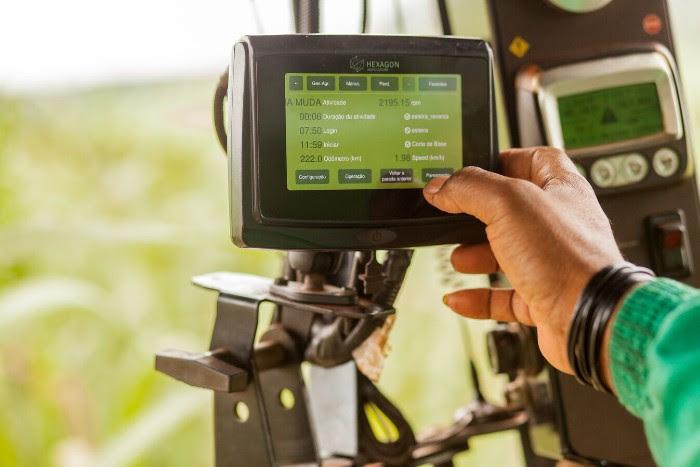 A Divisão de Agricultura da Hexagon, sediada em Florianópolis, desenvolve, desde 2004, soluções integradas para a gestão das operações do plantio à colheita e logística, possibilitando a automação de maquinários e a maximização do controle operacional.