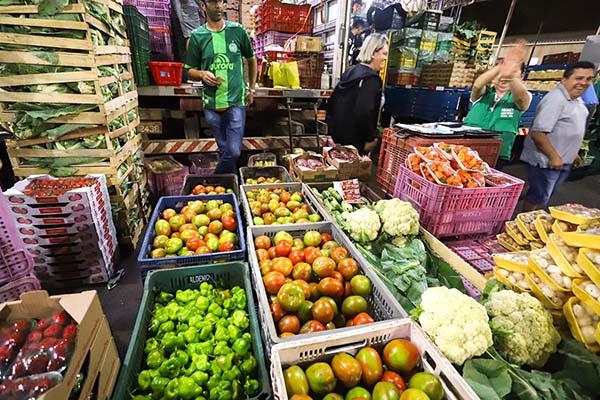 Com previsão de colher uma das maiores safras da história, todos os níveis de produção estão operando no Paraná, desde a colheita até o escoamento, passando também pelas agroindústrias e pela distribuição dos alimentos.