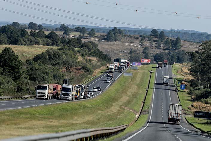 Interessados podem consultar informações tanto sobre as rodovias estaduais e federais sob concessão, de acordo com a empresa responsável, quanto sobre as rodovias administradas pelo DER/PR, por região.