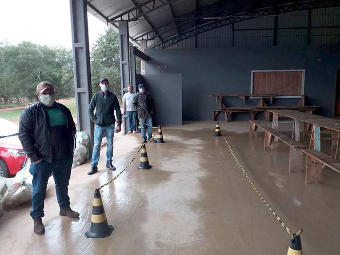Agricultores do município de Ipiranga realizando devolução de embalagens vazias de defensivos agrícolas na atividade realizada no dia 14/05/2020 localidade Colônia Adelaide.