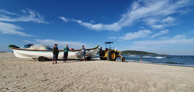 Pescadores da praia do Campeche prontos para a pesca da tainha