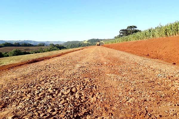 O Paraná dispõe de 97,8 mil quilômetros de estradas rurais municipais, segundo dados de 2017, que necessitam de frequentes manutenções e/ou adequações.