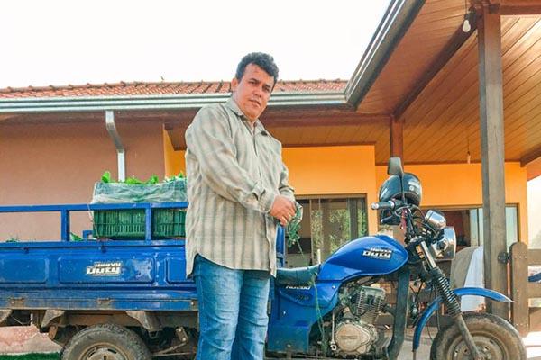 Davi de Abreu Rocha usa um triciclo para entregar os pedidos de hortaliças e legumes orgânicos aos clientes. Crédito: Divulgação.
