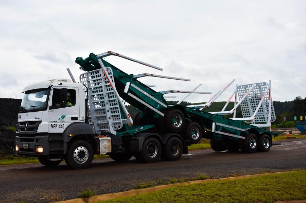 """O caminhão dobrável é um modelo """"bitrem"""", específico para o carregamento de toras de madeira, que encolhe a segunda carroceria, somando-a à primeira."""