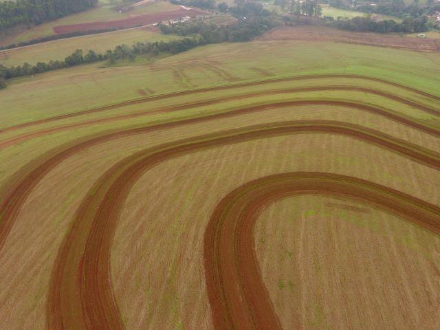 A tecnologia visa captar e armazenar água no solo e evitar a erosão e a degradação do terreno, com o objetivo de obter maiores ganhos de produtividade e rentabilidade das lavouras, além dos ganhos ambientais e sociais.
